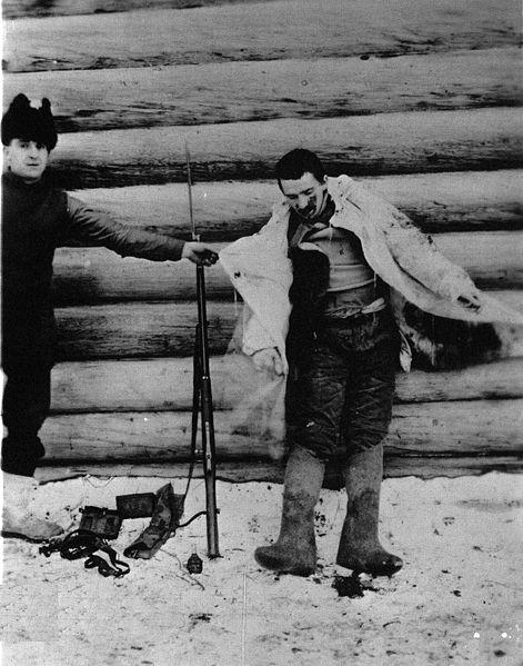 Американский интервент позирует возле трупа убитого большевика