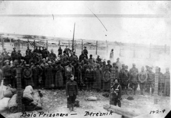 Американцы и шотландцы охраняют пленных красноармейцев в Березнике