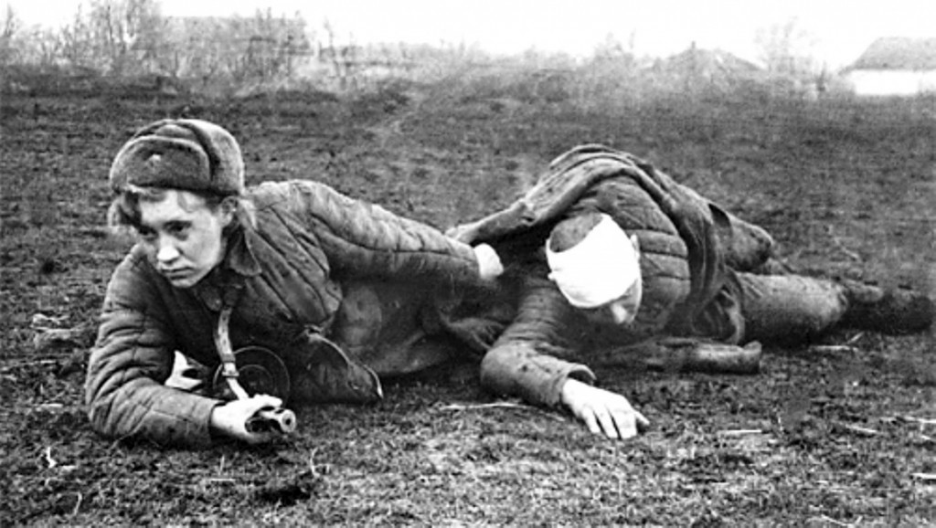 Медсестра Великая Отечественная войны спасает бойца