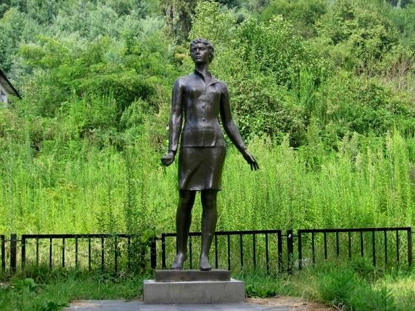 Памятник Надежде Курченко в Сухуми.