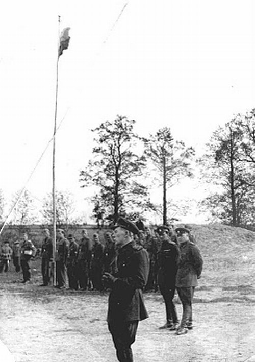 Построение под национальным флагом части Русской национальной народной армии (РННА) в Осинторфе, 1942 г.
