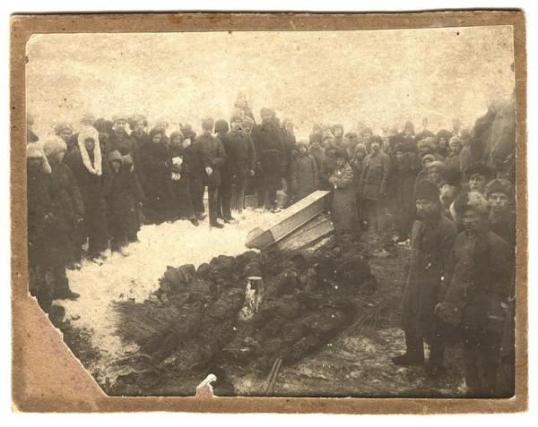 Раскопки могилы, в которой погребены жертвы колчаковских репрессий марта 1919 года, Томск, 1920 г.3