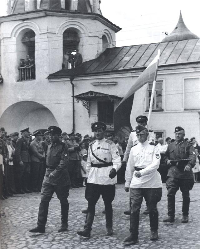 Российский флаг на параде 1-й Гвардейской бригады РОА в Пскове, 1943 г.