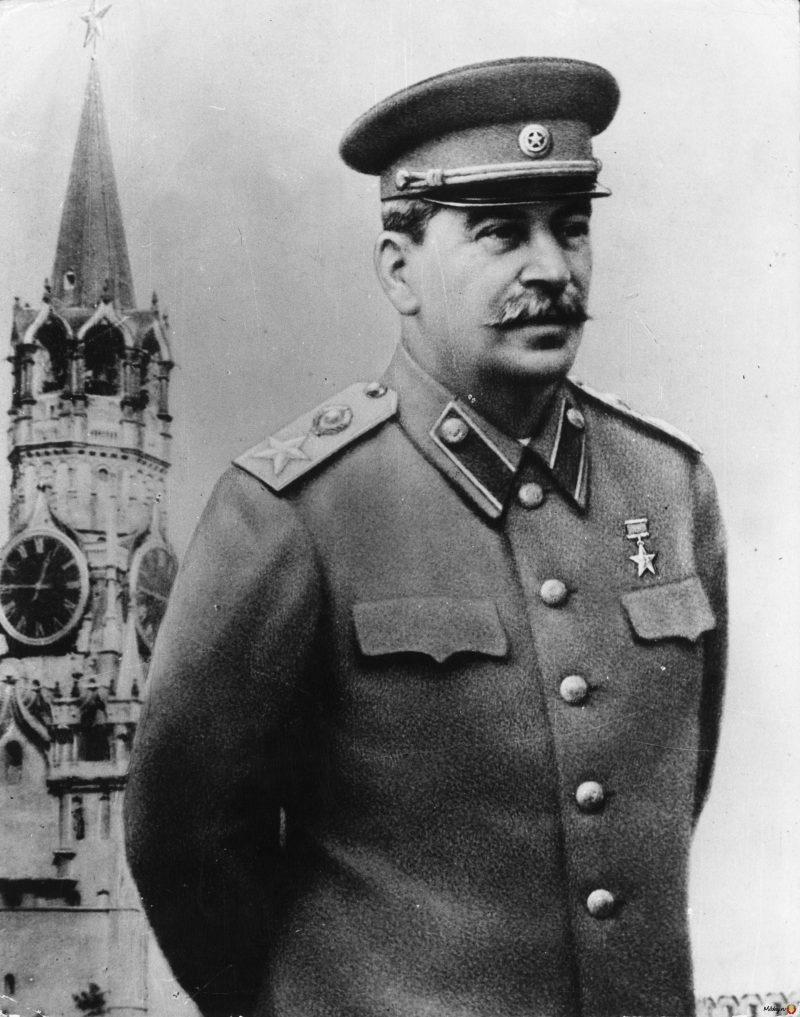 Сталин генералиссимус на фоне кремля