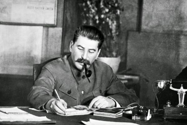 Сталин за столом с трубкой