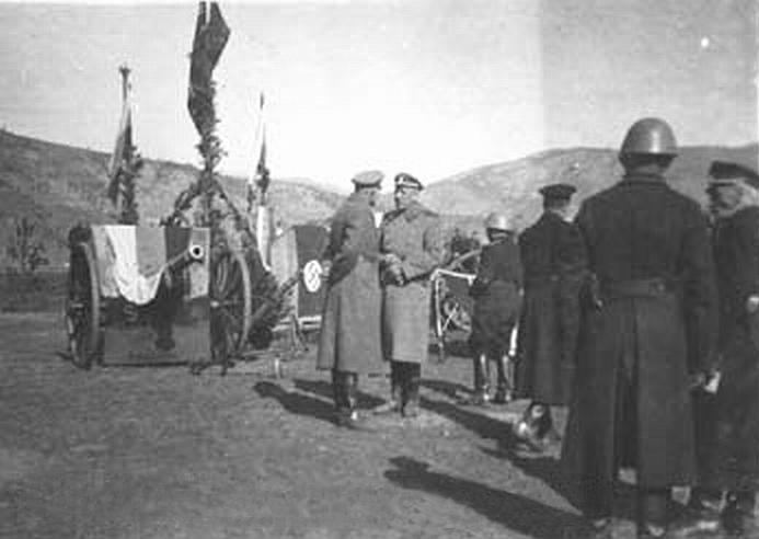 Трехцветное знамя покрывает орудийный щит на церемонии присяги новобранцев Русского корпуса в Югославии, 1943 г.