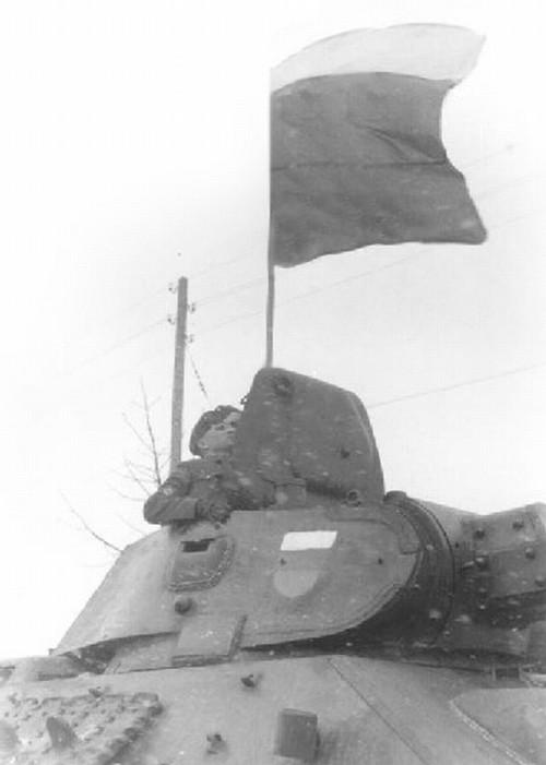 Триколор на флагштоке и броне Т-34 танковой группы РОА, 1944 г.