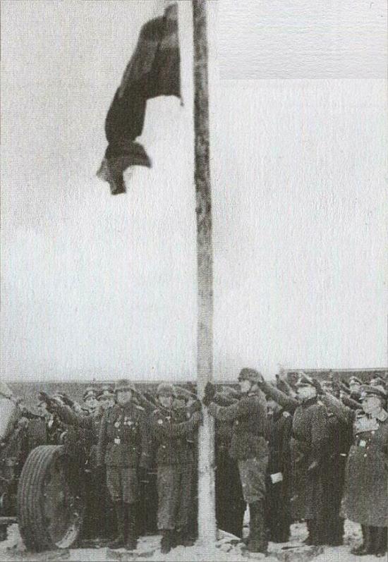 Власовцы поднимают бело-сине-красный флаг в месте дислокации 1-й дивизии. Мюзинген, Германия, 1945 г.