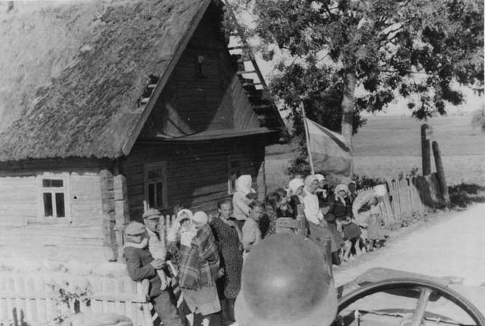 Жители освобожденного от большевиков украинского села приветствуют передовые части Вермахта с триколором в руках. 1941 г.