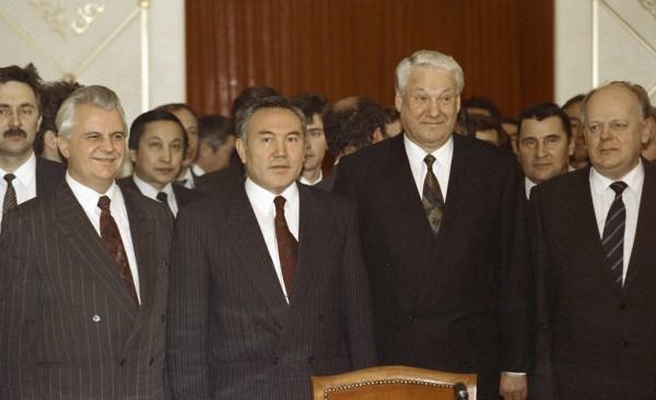 Президент РФ Борис Николаевич Ельцин (второй справа), Президент Украины Леонид Кравчук (слева), Президент Казахстана Нурсултан Назарбаев (второй слева) и Председатель Верховного Совета Беларуси Станислав Шушкевич (справа) после подписания Протокола о создании СНГ.