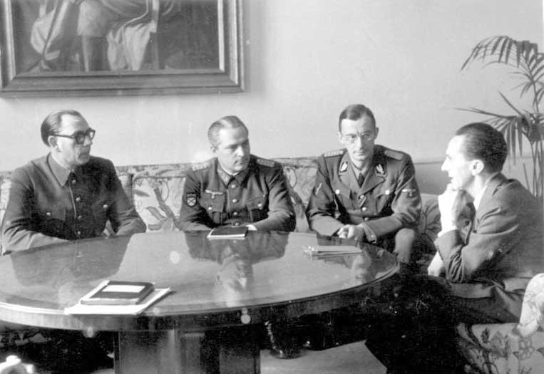 na_foto_-_general_vlasov_i_doktor_gebbels_obsuzhdayut_plany_destalinizacii_rossii