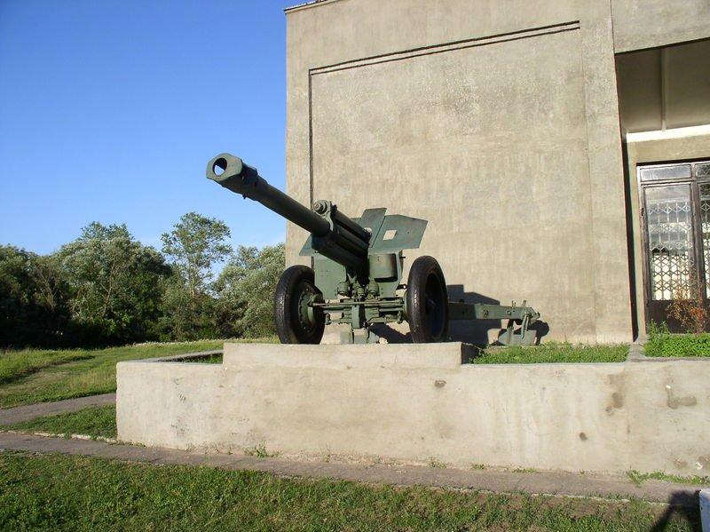 5-й сталинский удар 152-мм гаубица образца 1943 года около здания Музея боевой славы в Полоцке