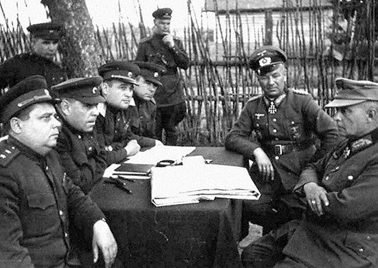 5-й сталинский удар А.М. Василевский и генерал-полковник И.Д. Черняховский допрашивают генерала пехоты Ф. Гольвитцера, генерал-лейтенанта А. Хиттера