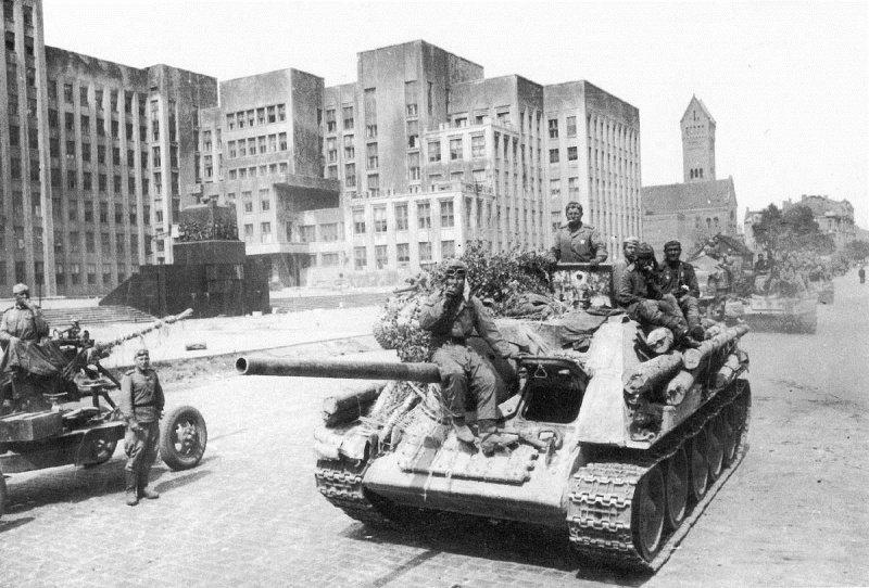 5-й сталинский удар Колонна Су-85 на площади Ленина в освобожденном Минске