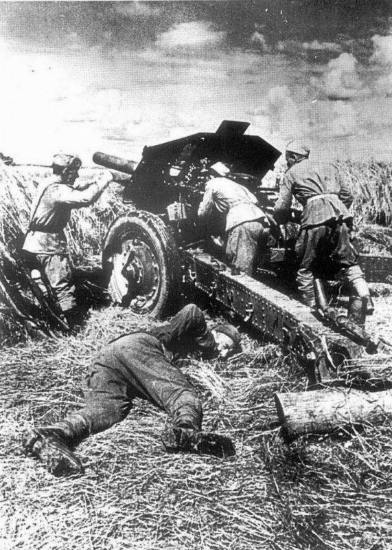 5-й сталинский удар Расчет советской 122-мм гаубицы М-30 в бою против немецких танков. 3-й Белорусский фронт.