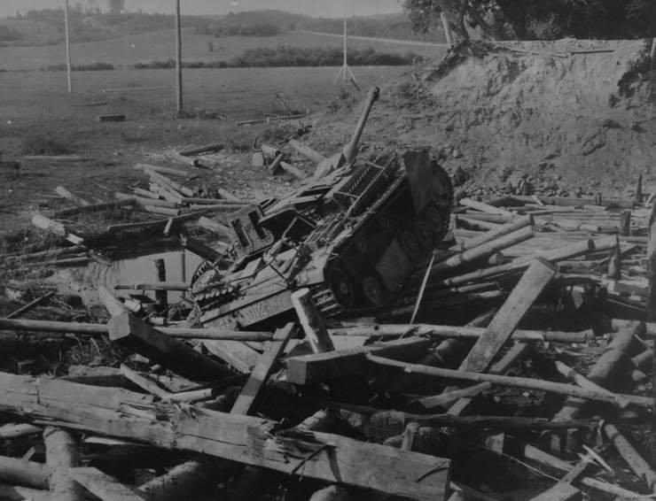 5-й сталинский удар Самоходная установка StuG, атакованная штурмовиком Ил-2 на реке Бася при проходе по мосту