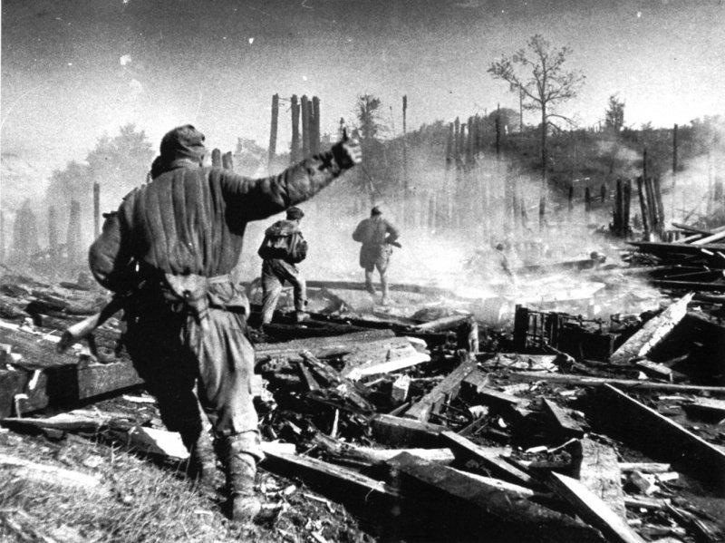 5-й сталинский удар Советские солдаты в бою на улице города Полоцка