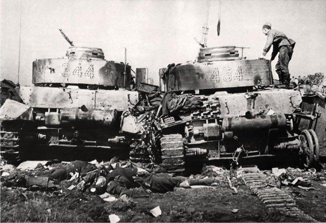 5-й сталинский удар Советский солдат осматривает подбитые танки Pz-4 20-й танковой дивизии в окрестностях Бобруйска