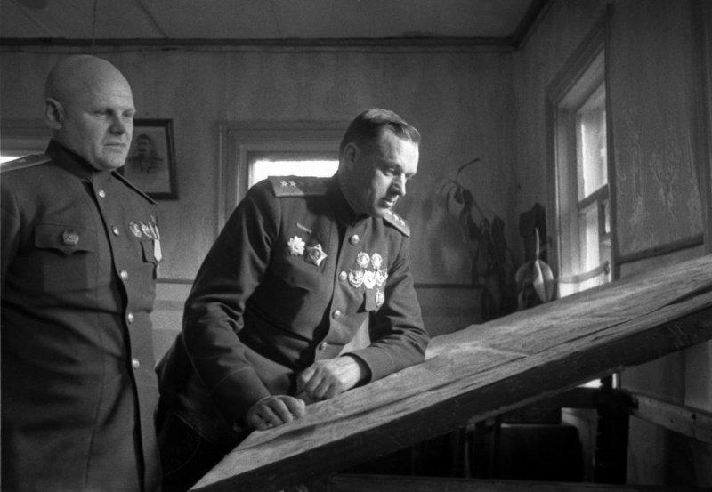 5-й сталинский удар генерал-лейтенант Константин Федорович Телегин (слева) и командующий фронтом генерал армии Константин Константинович Рокоссовский