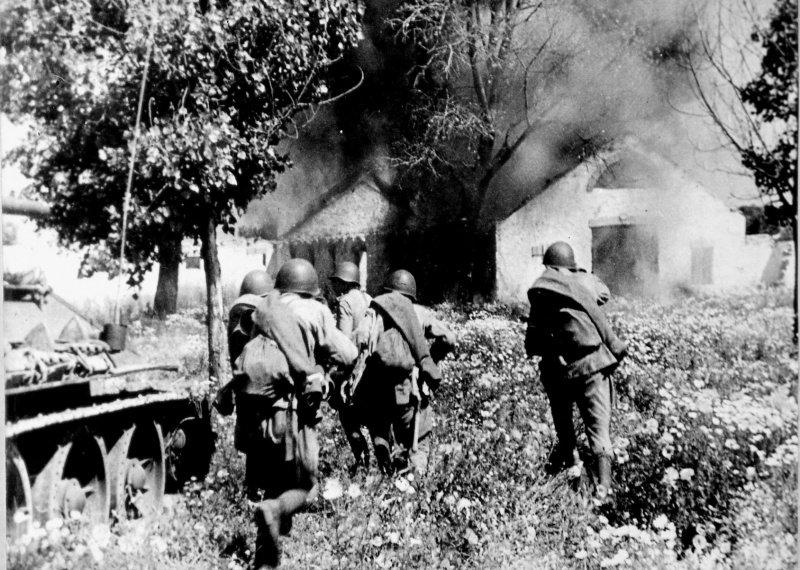 6-й сталинский удар Советская пехота при поддержке танков Т-34 ведет бой за один из населенных пунктов на львовском направлении