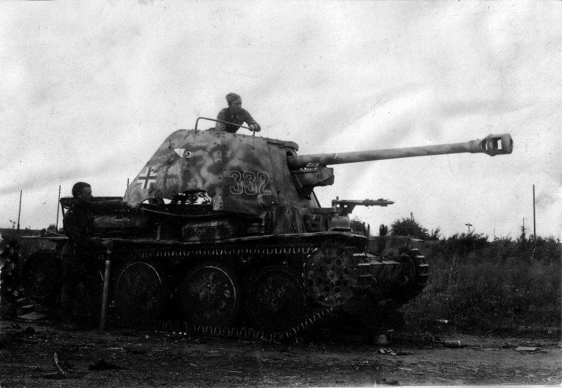 6-й сталинский удар Советские офицеры осматривают немецкую среднюю противотанковую САУ Marder III, подбитую на подступах к Львову.