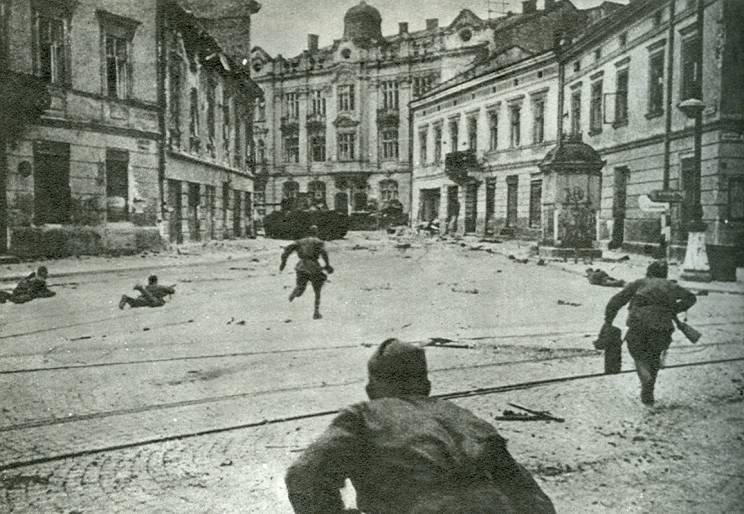 6-й сталинский удар Советские солдаты ведут бои на улицах Львова