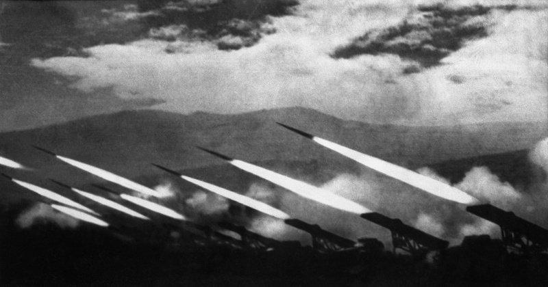6-й сталинский удар Залп гвардейских реактивных минометов БМ-13 Катюша. Район Карпат, Западная Украина