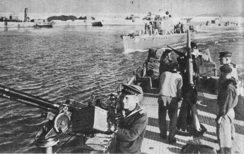 7-й сталинский удар Советские катера Черноморского флота типа МО-4 входят в порт Варна