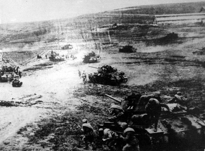 7-й сталинский удар Танки 7-го мк ведут бой в Ясско-Кишиневской операции. Молдавия август 1944 года-1