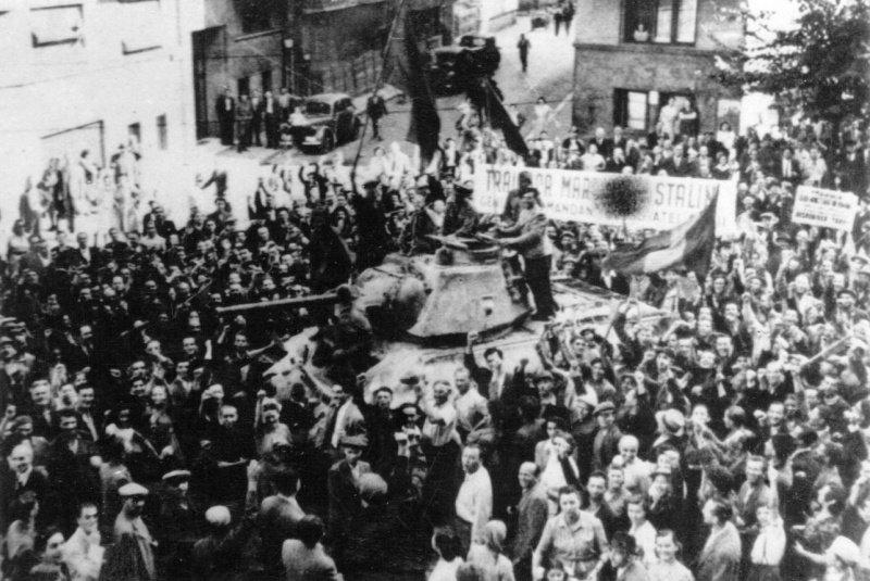 7-й сталинский удар Жители Бухареста приветствуют советских солдат