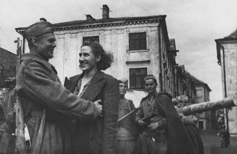 8-й сталинский удар - Боец 8-го Эстонского стрелкового корпуса встретил на улице освобожденного Таллинна свою жену.