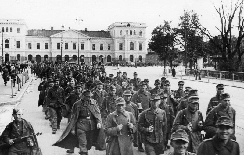 8-й сталинский удар - Колонна немецких военнопленных проходит мимо железнодорожного вокзала Риги