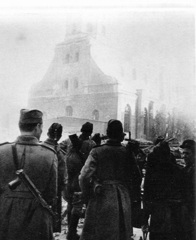 8-й сталинский удар - Советские солдаты на площади освобожденной Риги