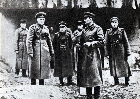 9-й сталинский удар - Командующий 1-й гвардейской армией А. А. Гречко (второй справа) с офицерами штаба