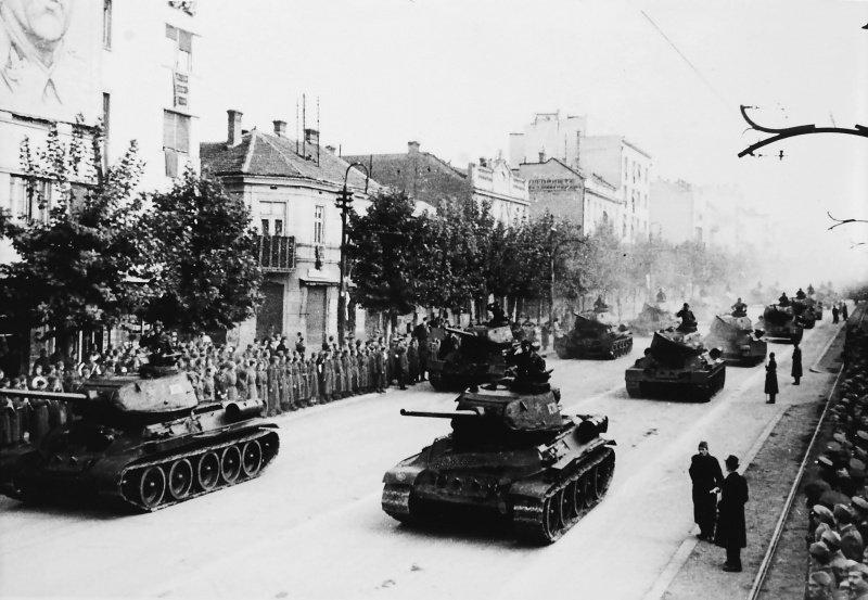 9-й сталинский удар - Танки Т-34-85 НОАЮ идут на параде в честь годовщины освобождения Белграда
