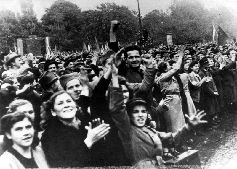 9-й сталинский удар - Жители белградского пригорода Вука встречают освободителей