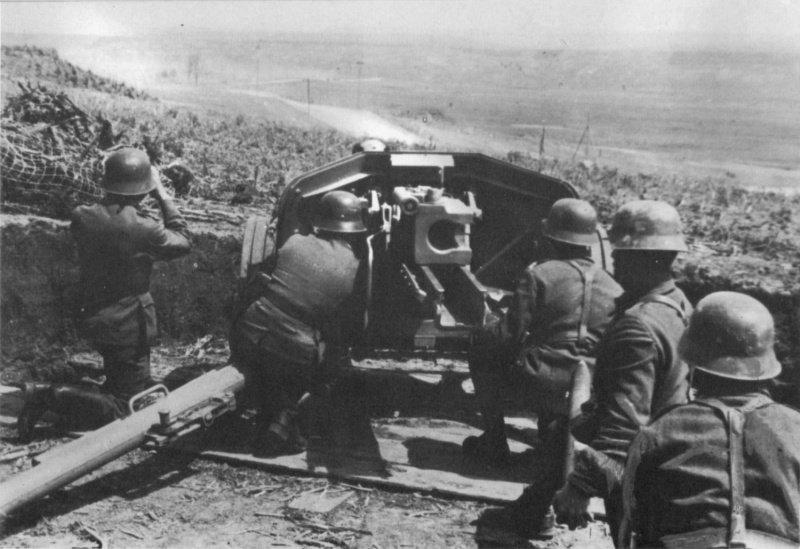 Артиллеристы ведут огонь из немецкой 75-мм противотанковой пушки PaK 40. Район советско-румынской границы.