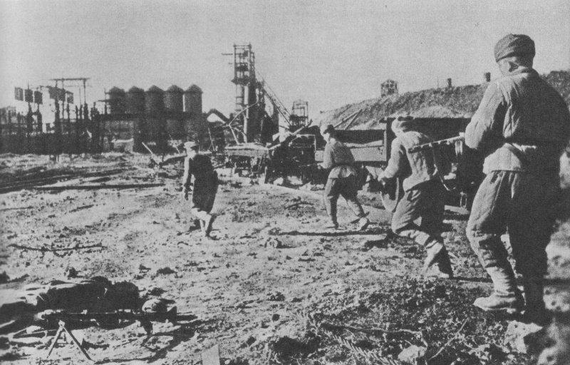 Бойцы Отдельной Приморской армии атакуют опорный пункт противника на территории металлургического завода в Керчи