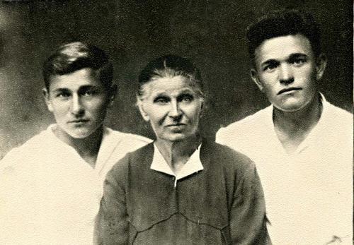 Епистиния с младшими сыновьями