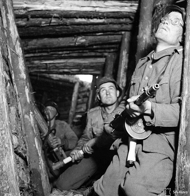 Финские солдаты в укрытии, июнь 1944 года