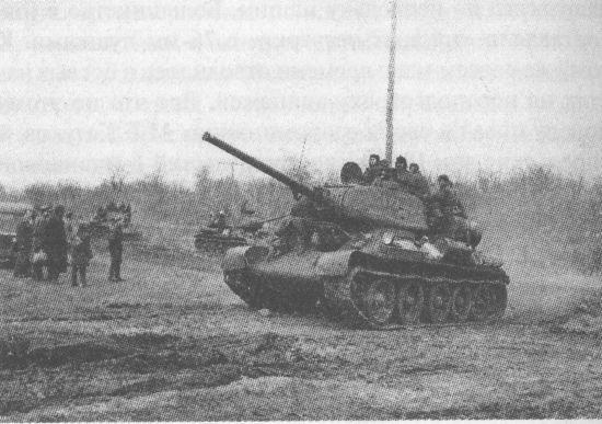 Колонна танков Т-34-85 на подступах к р. Днестр. 2-й Украинский фронт, март 1944 года.