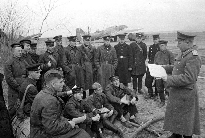 Летчики морской авиации Черноморского флота перед заданием