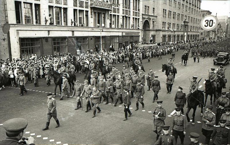 Марш пленных немцев по Москве. Впереди многотысячных колонн солдат и офицеров ведут группу из 19 немецких генералов