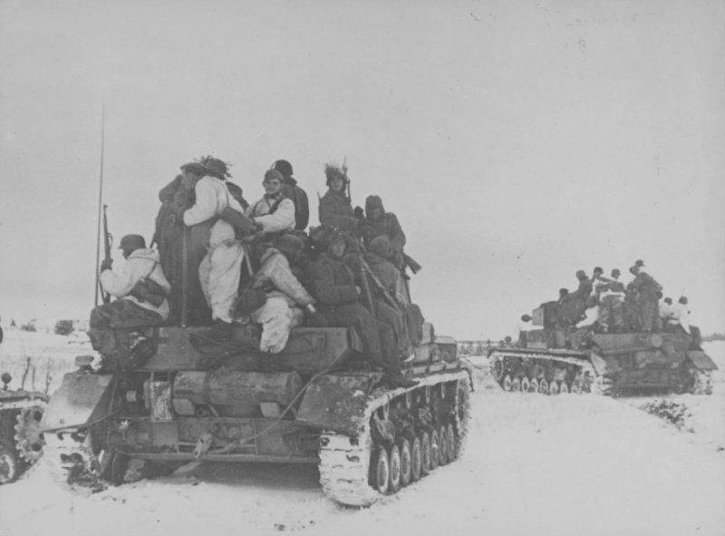 Немецкие танки Pz.Kpfw. IV с солдатами на броне во время Корсунь-Шевченковской операции