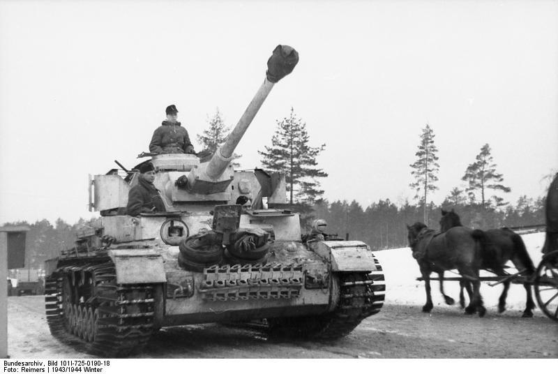 Немецкий танк PzKpfw IV выдвигается на позиции