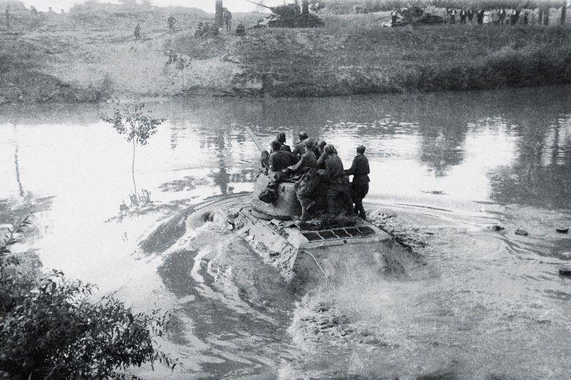 Переправа через реку Днестр танков Т-34-85 44-й гвардейской танковой бригады 11-го гвардейского танкового корпуса 1-й гвардейской танковой армии.