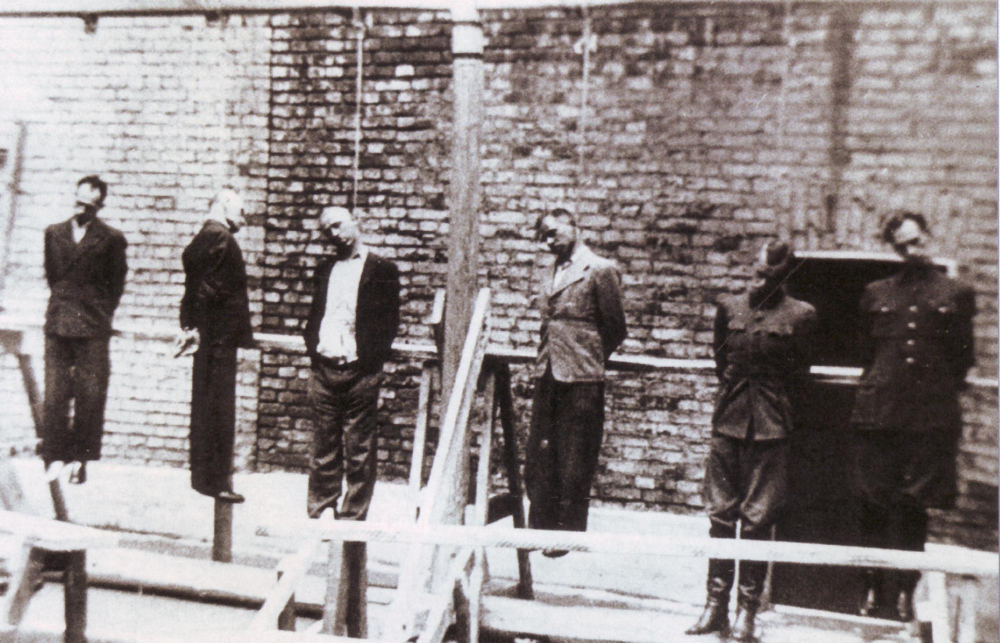 Повешенные офицеры РОА Власов, Трухин, Буняченко и Меандров во дворе Бутырской тюрьмы. 1 августа 1946 г.