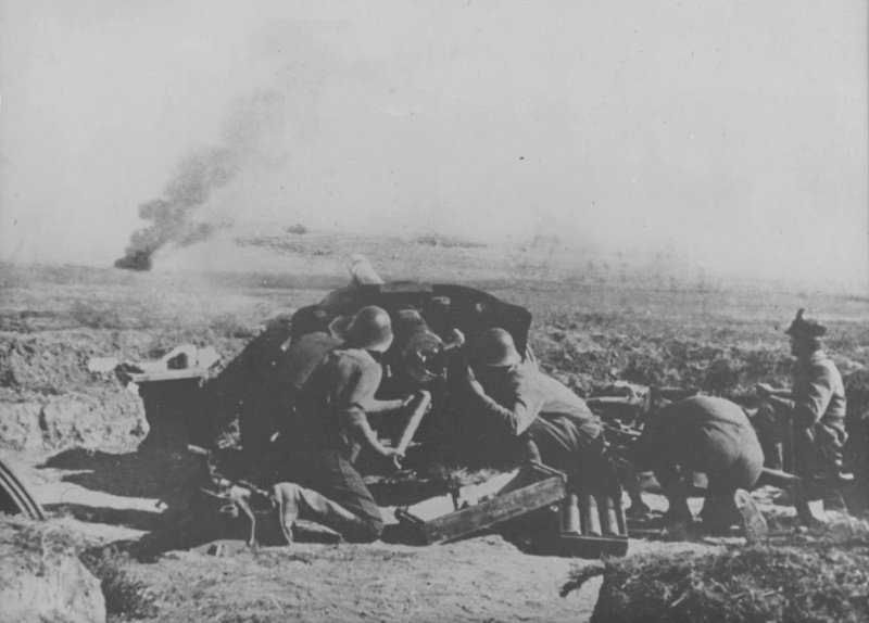 Румынские артиллеристы ведут огонь из 75-мм противотанковой пушки во время боя в Крыму