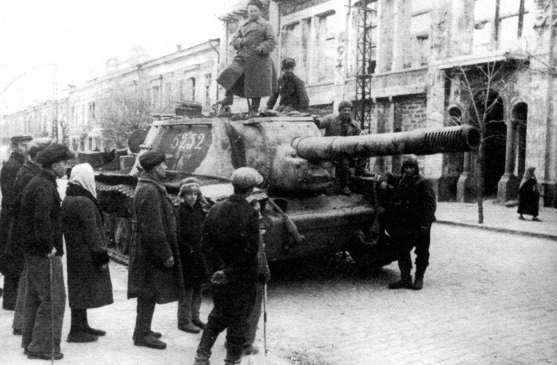 САУ СУ-152 1824-го тяжелого самоходно-артиллерийского полка в Симферополе