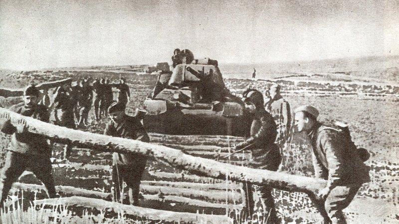 Саперы делают настил для прохода танков. 1-й Украинский фронт. Весна 1944 г.